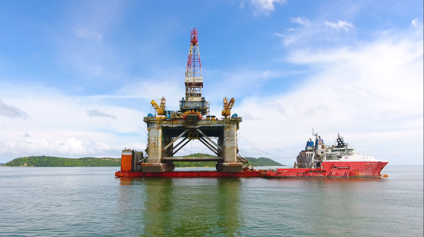 Offloading of the Semi-Submersible oil rig Hayleys Energy Services Hayleys Advantis